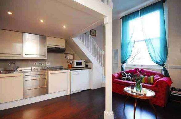 Camera da letto con zona studio parete soggiorno con - Mini camere da letto ...